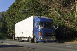 道路を走っているトラックの写真・画像素材[3134378]