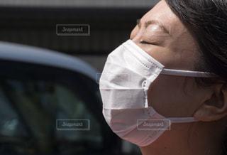 マスク着用 女性の写真・画像素材[3136989]