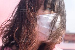 マスク着用 女性の写真・画像素材[3136986]