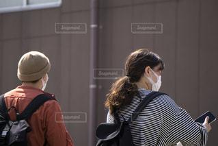 マスク着用 男女の写真・画像素材[3148498]