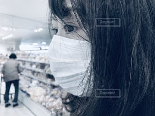 マスク着用 買い物 女性の写真・画像素材[3159003]