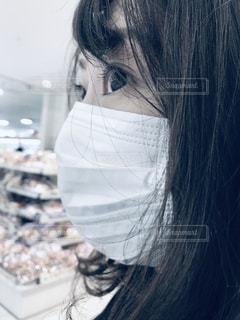 マスク着用 買い物 女性の写真・画像素材[3159004]