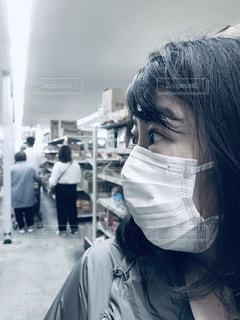 マスク着用 買い物 女性の写真・画像素材[3160086]