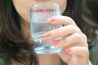 水を飲む女性の写真・画像素材[3313347]