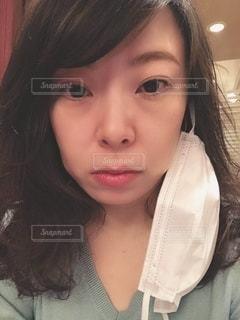 マスクを外した女性の写真・画像素材[3325626]