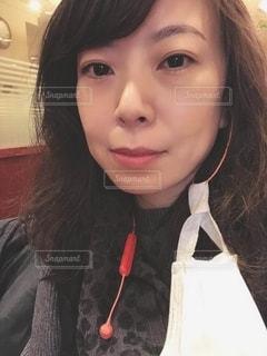 マスクを外した女性の写真・画像素材[3325629]