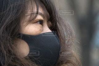 黒いマスク着用の女性の写真・画像素材[3328314]