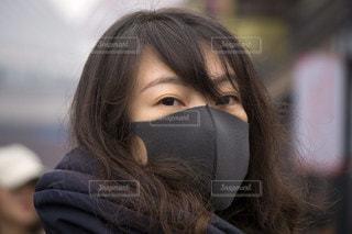黒いマスク着用の女性の写真・画像素材[3328315]
