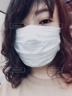 マスク着用の若い女性の写真・画像素材[3328376]