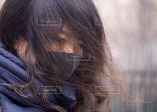 携帯電話で話している女性の写真・画像素材[3353684]