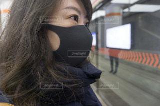 黒いマスクの女性の写真・画像素材[3366929]