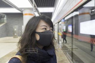 黒いマスクの女性の写真・画像素材[3366931]