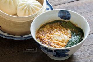 激辛野菜ラーメンと肉まんの食事の写真・画像素材[3604950]