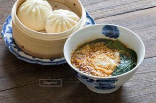 激辛野菜ラーメンと肉まんの食事の写真・画像素材[3604951]