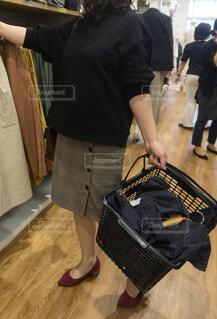 服を買う女性の写真・画像素材[3619723]