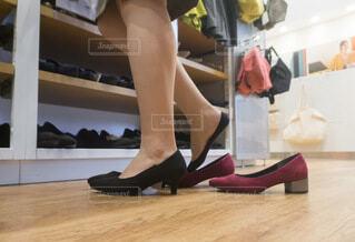 靴を試着する女性 買い物の写真・画像素材[3619729]