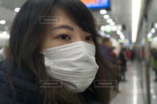 マスク着用の女性 地下鉄ホームの写真・画像素材[3677668]