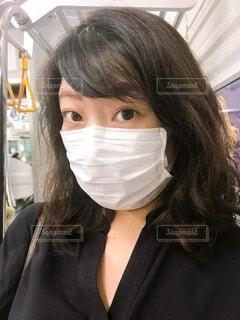 マスク着用の女性 電車内の写真・画像素材[3697900]