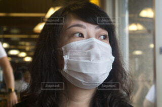 マスク着用の女性 飲食店の写真・画像素材[3919919]
