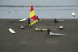 ビーチ サーフィン前のの準備の写真・画像素材[3962170]