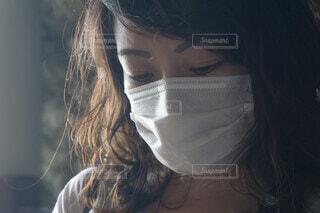 マスク着用の女性 夏のマスクの写真・画像素材[3995416]