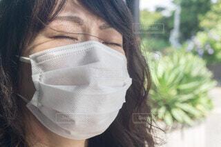 マスク着用の女性 夏のマスクの写真・画像素材[3995580]