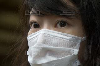 マスクをつける女性の写真・画像素材[4007819]