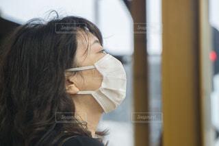 マスクをつける女性 電車待ちの写真・画像素材[4007870]