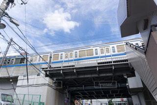 架道橋を通る電車の写真・画像素材[4056205]