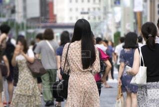 繁華街を歩くロングヘアの女性の写真・画像素材[4072056]