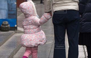 手を繋ぐ親子の写真・画像素材[4321748]