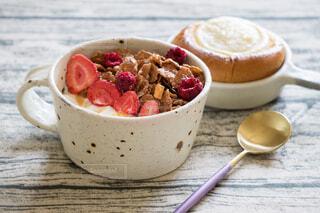 オールブランのヨーグルトとクリームチーズブリオッシュの朝食の写真・画像素材[4382601]
