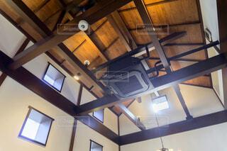 エアコンと木造を剥き出し天井の写真・画像素材[4554263]