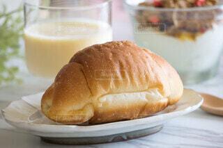 朝食のバターロールとラシーの写真・画像素材[4642089]