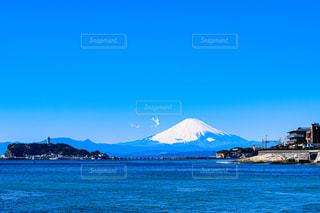 水の体の隣に座っている青と白のボートの写真・画像素材[3124944]