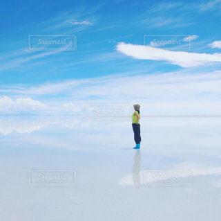 空を見上げる女性の写真・画像素材[3121401]