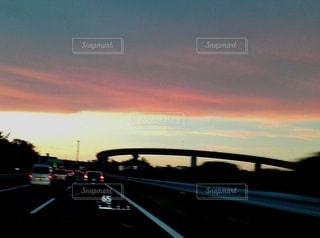 夕日を背景にした道の写真・画像素材[3125648]