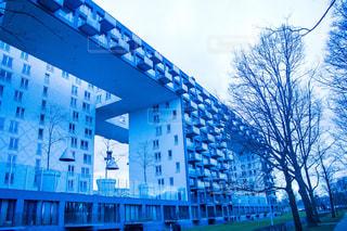 青と白の建物の写真・画像素材[3122044]