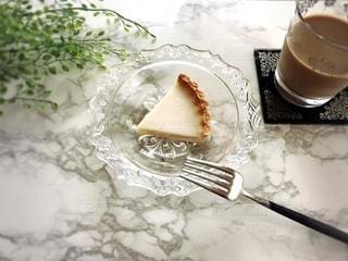 お皿の上のベイクドチーズケーキの切れ端の写真・画像素材[3444718]