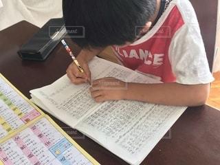 夏休みの宿題をしている男の子の写真・画像素材[3546940]