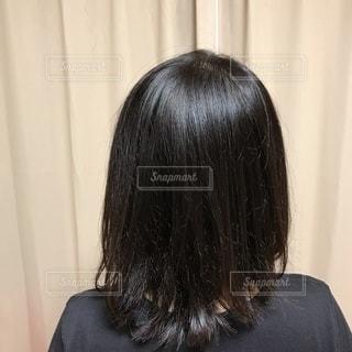 後ろを見ている女性の写真・画像素材[3585579]