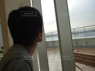 窓の前の男の写真・画像素材[3679538]