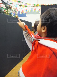 クリスマス飾り付け見ている子供の写真・画像素材[3732153]