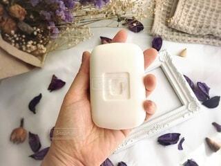 石鹸を持つ手の写真・画像素材[3740130]