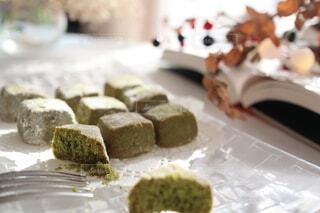 和三盆クッキーを食べている途中の写真・画像素材[4021627]