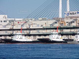都市を背景にした水域の大きな船の写真・画像素材[3127839]