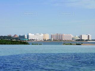 都市を背景にした海の写真・画像素材[3138531]
