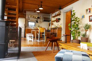 家具と暖炉でいっぱいの部屋の写真・画像素材[3239544]