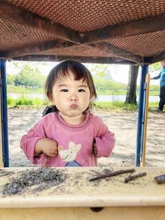 テーブルのしたの女の子の写真・画像素材[3159071]