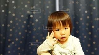 窓辺の女の子の写真・画像素材[3168266]